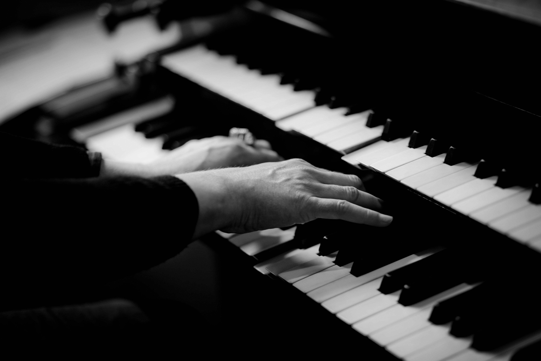 Klaverstemning er vigtigere end du tror, person spiller klaver